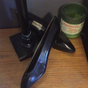 Evan Picone Black Leather Pumps.